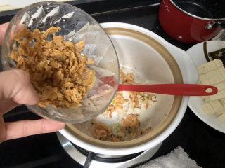 花蛤豆腐湯?淺紅淡白間深黃,加入蛤蜊肉,煸炒干水分