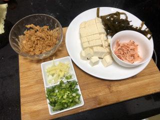 花蛤豆腐湯?淺紅淡白間深黃,全部食材準備好