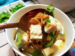 花蛤豆腐湯?淺紅淡白間深黃,這道湯,做法簡單,湯汁十分鮮美,搭配豆腐海帶,營養更加豐富。喜歡的小伙伴快來試試看吧??
