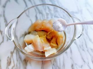 糖醋龍利魚,加入鹽。(鹽的量也要根據自己的口味來添加)