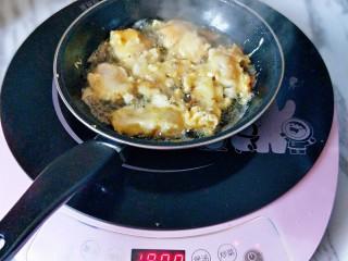糖醋龍利魚,起油鍋,之后用筷子將掛滿面糊的龍利魚夾入油鍋中,炸至微黃,撈出即可。