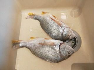 醬燜黃花魚,黃花魚兩條處理干凈好的。