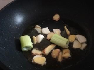 醬燜黃花魚,放入蔥姜蒜。