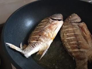 醬燜黃花魚,煎制兩面金黃倒入盤中。