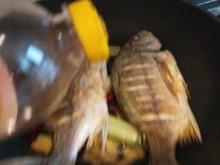 醬燜黃花魚,倒入黃豆醬油。