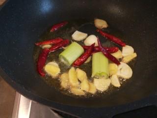 醬燜黃花魚,放入干辣椒。