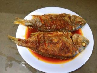 醬燜黃花魚,這樣還不算完成,下一步切蔥絲。