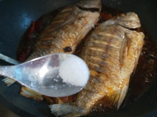 醬燜黃花魚,加入適量鹽。