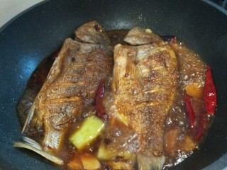 醬燜黃花魚,加入一碗水,燜10分鐘即可。