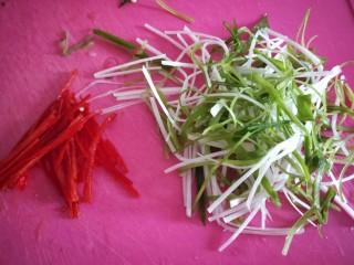 醬燜黃花魚,香蔥切絲,蔥白切絲,紅辣椒切絲。