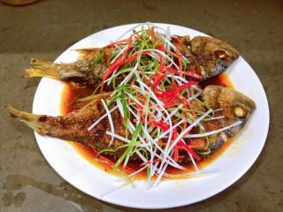 醬燜黃花魚,撒上蔥絲,紅椒絲,澆上熱油即可食用。