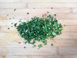 小蒜酱香饼,小蒜叶洗干净切碎。