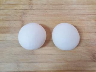 小蒜酱香饼,饧好的面团分成两份揉光,盖上保鲜膜。