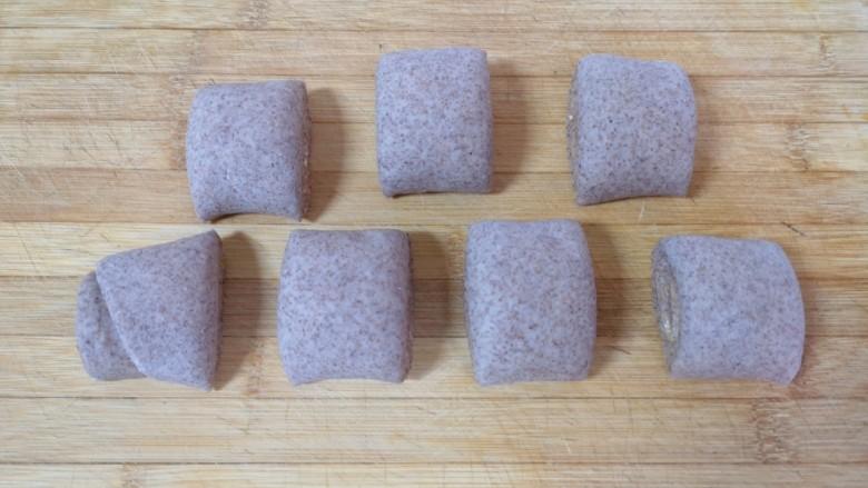 全麦粉馒头卷,用刀切成小剂子。