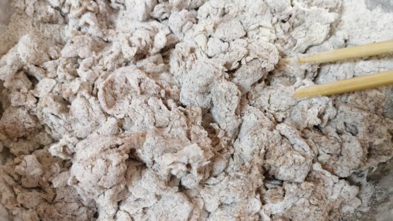 全麦粉馒头卷,将酵母水加入面粉中,用筷子挑拌成絮状。