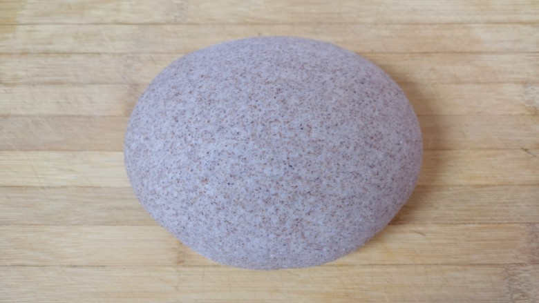 全麦粉馒头卷,将发酵好的面团揉光排气。