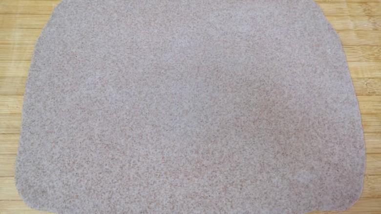 全麦粉馒头卷,擀成一张接近长方形的大面片。