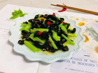 芹菜炒木耳,起鍋裝盤小米辣點綴