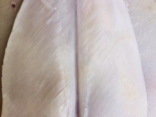 鱿鱼炒芹菜,鱿鱼洗净,在背面轻轻斜切出花纹,但不要划破。