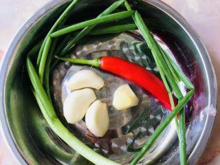 鱿鱼炒芹菜,葱姜蒜辣椒洗净,生姜,大蒜去皮。