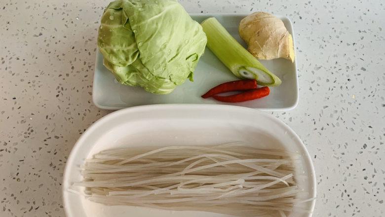卷心菜炒粉丝,准备食材。