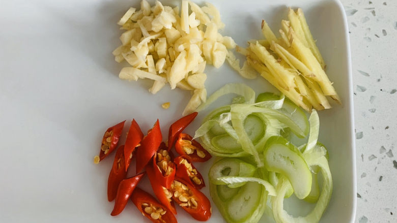 卷心菜炒粉丝,这样提前准备出来,在后面制作的过程当中不会手忙脚乱。