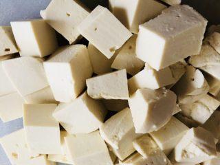 牡蠣豆腐湯,豆腐橫三刀豎三刀切成方塊