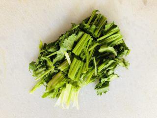 牡蠣豆腐湯,香菜洗凈切段