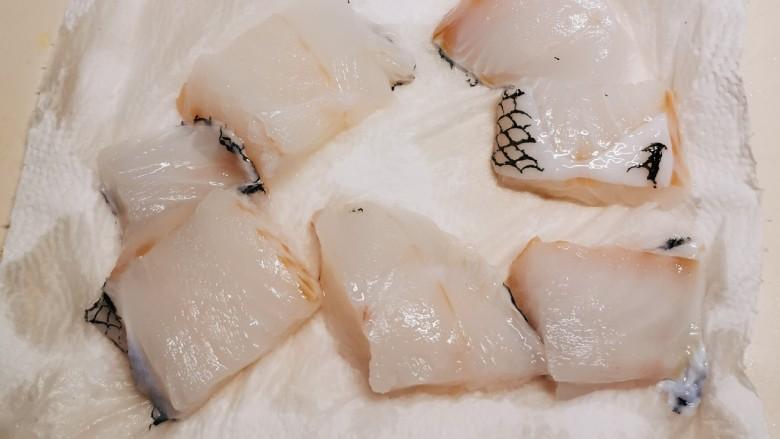 鳕鱼炖豆腐,切块状 放厨房用纸上吸收水分