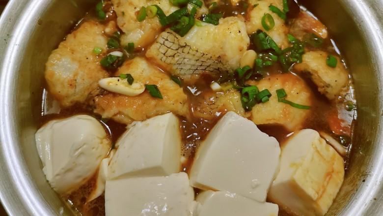鳕鱼炖豆腐,期间注意观察 翻面入味