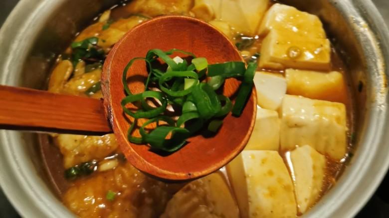 鳕鱼炖豆腐,放入余下的香葱