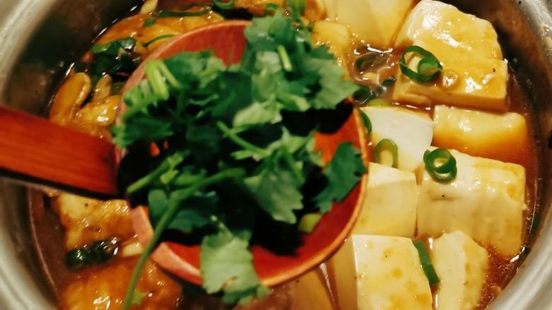 鳕鱼炖豆腐,放入香菜 关火