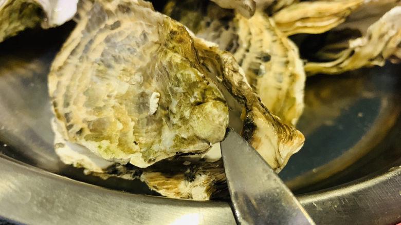 蒜蓉粉丝蒸生蚝,生蚝用生蚝刀,在底部开口,去掉上面的壳;