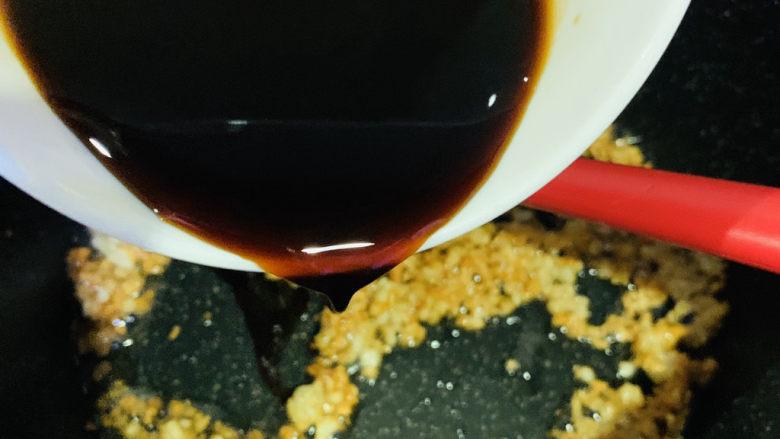蒜蓉粉丝蒸生蚝,蒜蓉焦香,加调好的料汁;