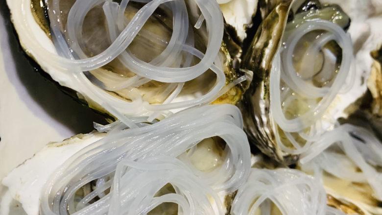 蒜蓉粉丝蒸生蚝,把粉丝放到去壳的生蚝上;