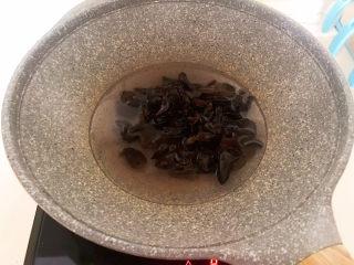 芹菜炒木耳,水開后木耳下鍋,焯水2分鐘