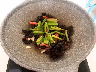 芹菜炒木耳,加入芹菜