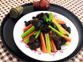 芹菜炒木耳,芹菜炒木耳食材搭配獨特,營養豐富,清淡爽口,不加任何香料,低油低鹽,色彩繽紛,非常適合不喜歡吃菜的寶寶食用~
