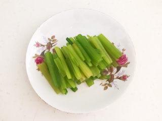 芹菜炒木耳,把焯好的芹菜撈出來用冷水過涼,再把芹菜切成寸段