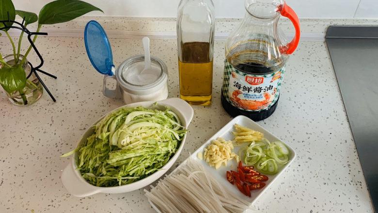 卷心菜炒粉丝,将炒制的材料提前从柜子中取出。