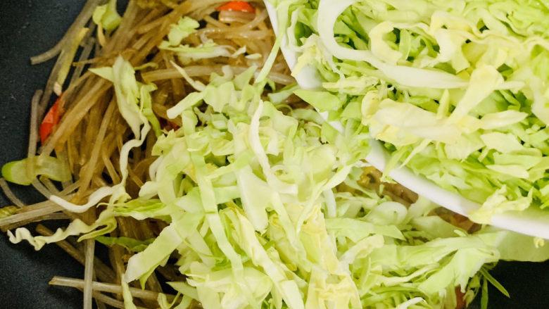 卷心菜炒粉丝,加入卷心菜,翻炒。