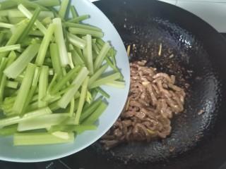 牛肉絲炒芹菜,倒入芹菜炒勻