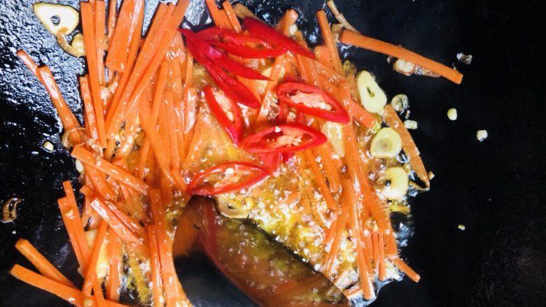 芹菜炒木耳,加入辣椒片