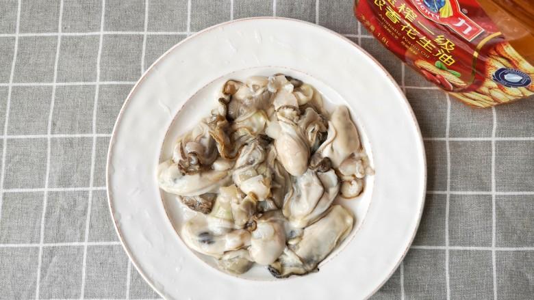牡蛎炒蛋,将鲜牡蛎剔磕洗净,沥干水份。
