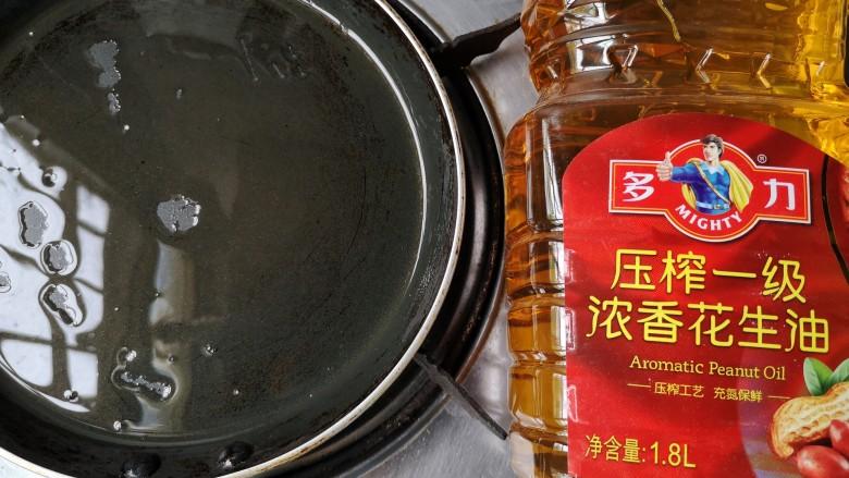 牡蛎炒蛋,平底锅置小火上,倒入适量的多力浓香花生油。
