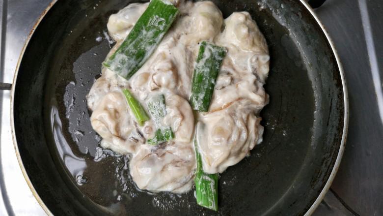 牡蛎炒蛋,待油烧至8成热,将牡蛎浆下锅。