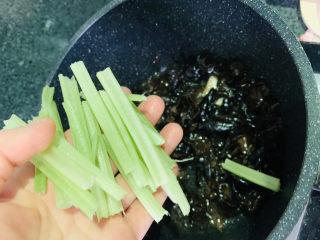 芹菜炒木耳,加芹菜;