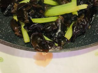 芹菜炒木耳,起鍋;