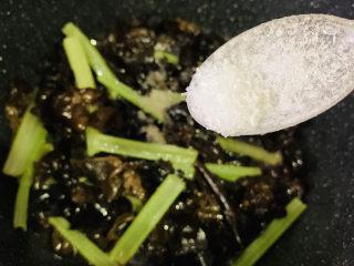 芹菜炒木耳,加味精;