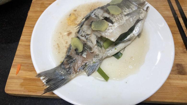 凉拌鲫鱼➕鸿雁在云鱼在水,蒸好的鱼拿出来放凉